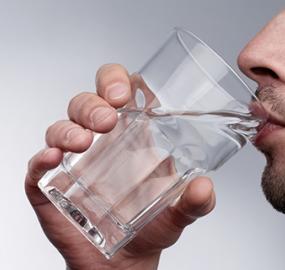 We drinken véél te weinig water!